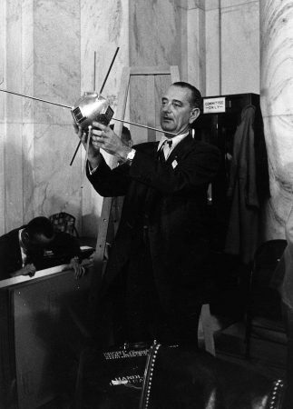 Lyndon B. Johnson con un modelo del Vanguard 1