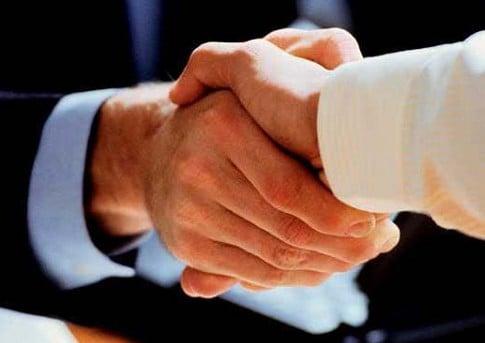 Comunicación fática: apretón de manos