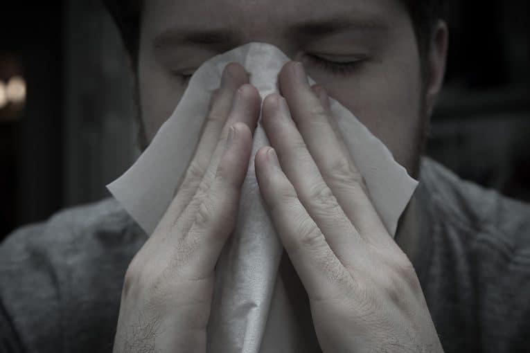 Estornundando durante la gripe
