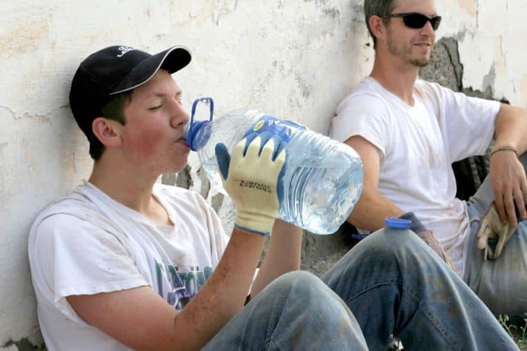 Bebiendo agua después de trabajar