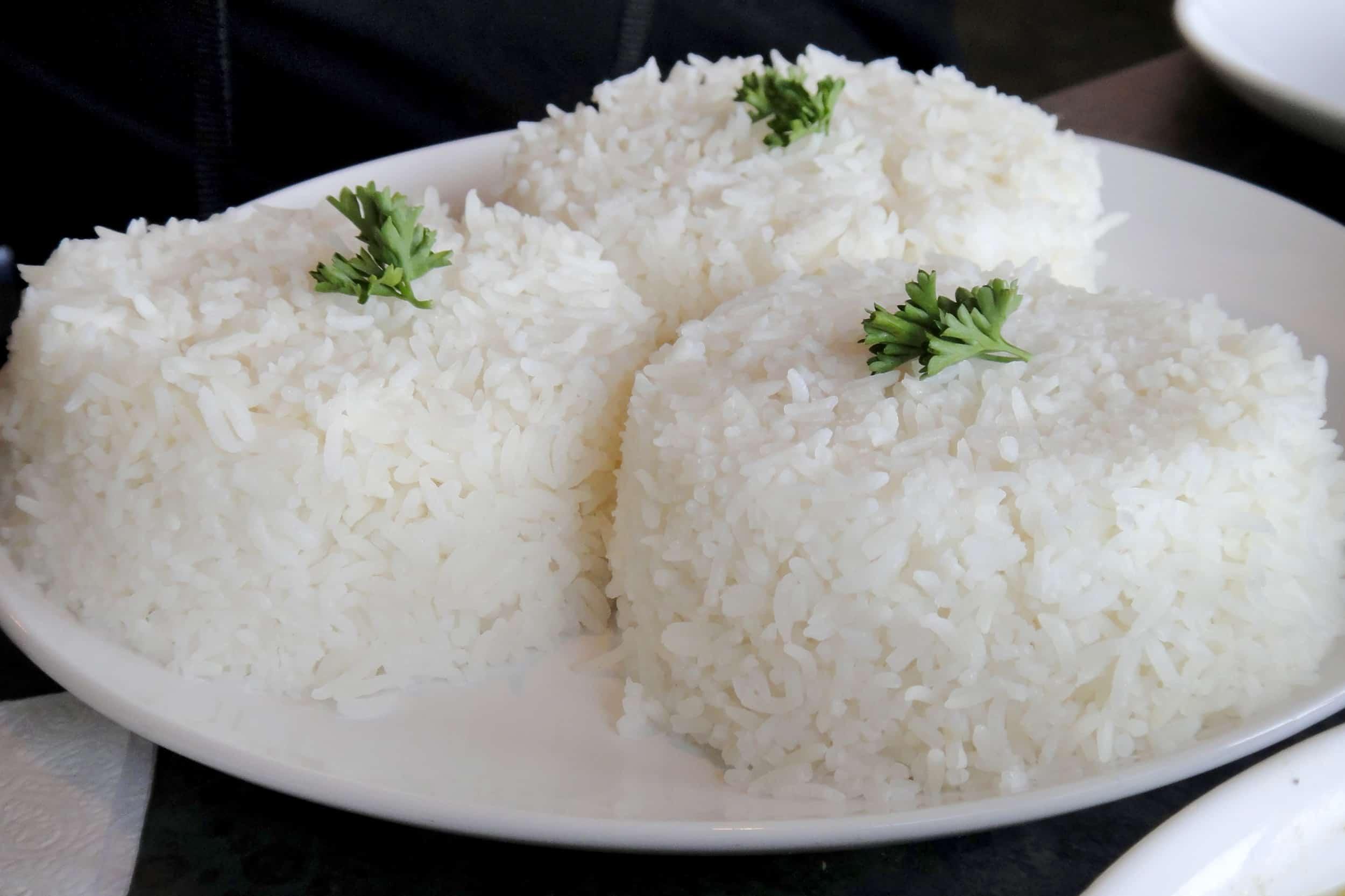 La noche engorda blanco arroz en comer