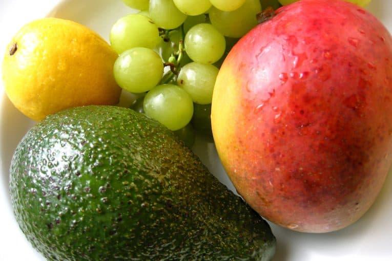 Frutas: mango, aguacate, uvas y limón