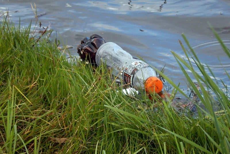 Botella de plástico flotando en un río