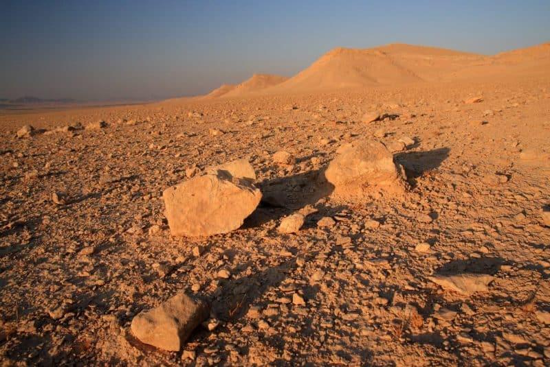 Duna rocosa en un desierto sirio