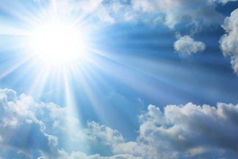 Cielo con nubes y sol