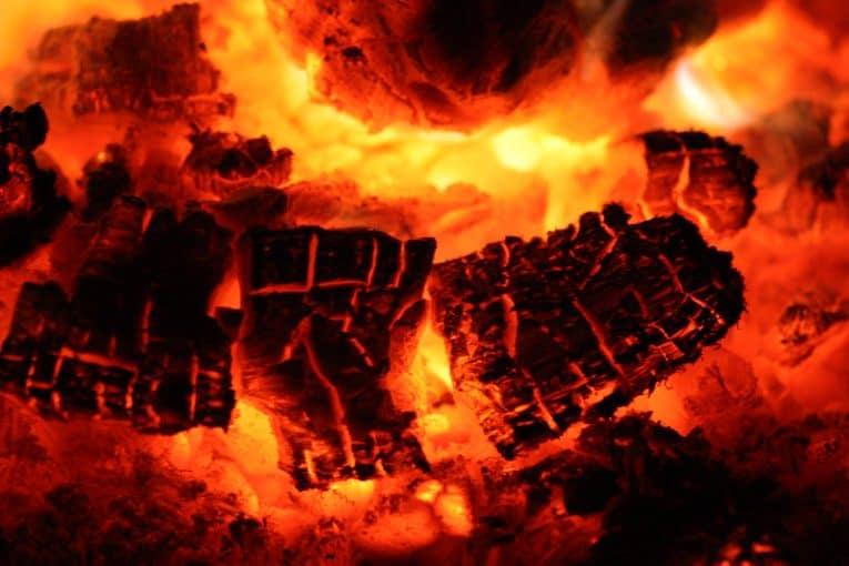 Madera ardiendo con ascuas