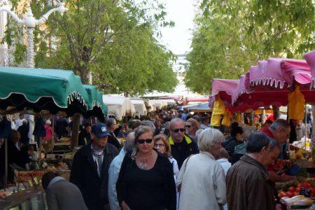 Gente en un mercado
