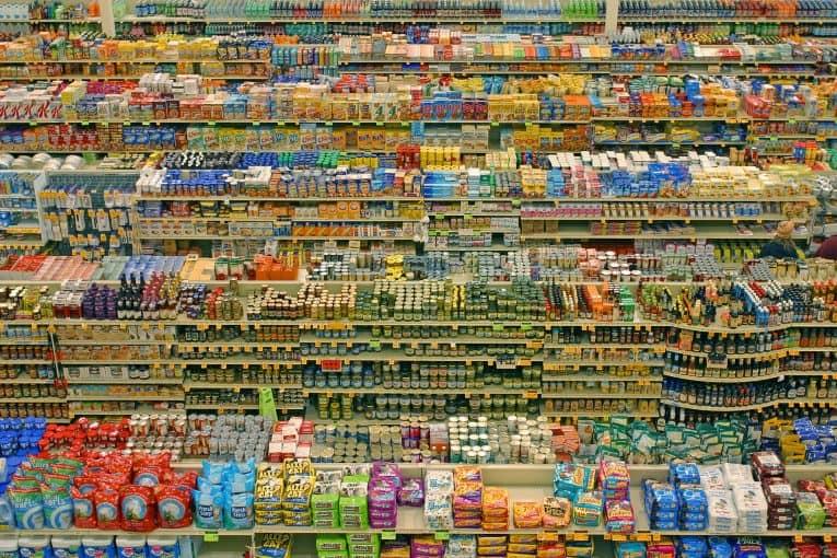 Estantes repletos de alimentos envasados en un supermercado