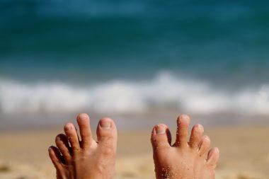 Pies en la playa