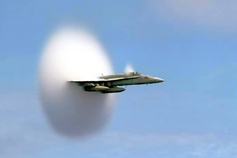 FA-18 rompiendo la barrera del sonido