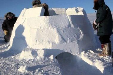 Construcción de un iglú con bloques de nieve