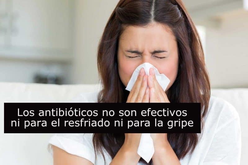 Mujer resfriada con eslogan: no antibióticos