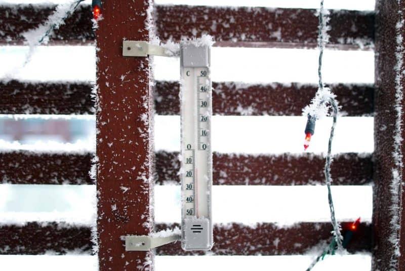 Termómetro bajo cero con nieve