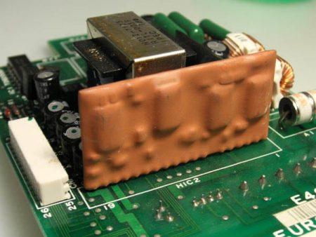 Circuito híbrido encapsulado en una resina epoxi