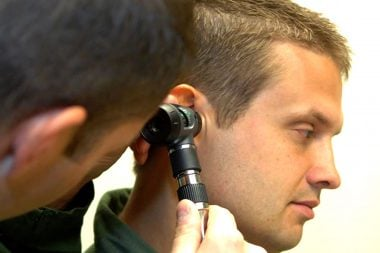 Examinando el oído medio