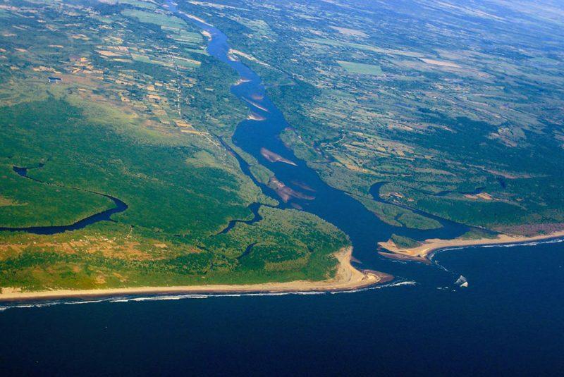 Desembocadura de un río en una cuenca exorreica